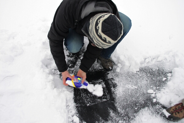 Sprawdzamy alternatywne sposoby rozmrożenia lodu.